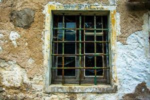 fönster med spindelnät foto