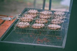 burgerbiff på grillen foto