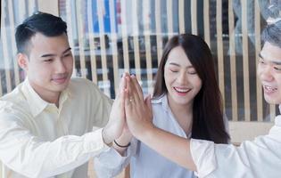 affärsmän rör varandra i kontorslagarbete foto