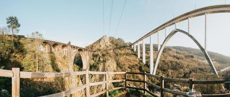 panoramautsikt över två jättebroar i Galicien foto