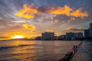 skyline av honolulu vid waikiki beach hawaii oss foto