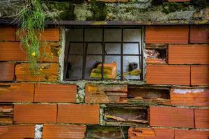 fönster med ihålig tegelsten foto