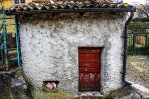 liten röd dörr foto