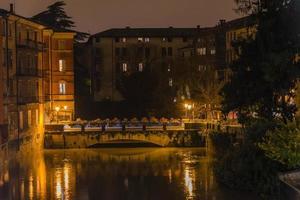 bro och hög flod foto