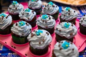 färgglada chokladmuffins foto