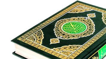 islamiskt koncept isolerat på nära håll den heliga koranen foto