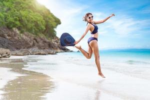 sexig kvinna i den blå bikinin på stranden foto