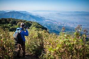 professionell fotograf ta landskapsbilder med kamera foto
