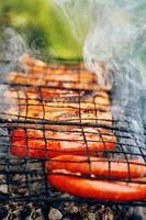 grill med eldig korvkorv på grillen foto