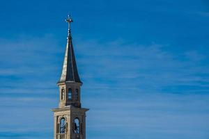 klocktorn på blå himmel foto