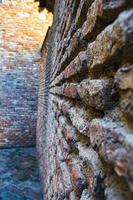 inverkan med forntida tegelvägg foto