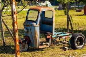 gammal rostig lastbil foto