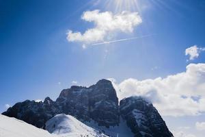 snöiga berg och himmel foto