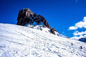 stenigt berg i snö foto