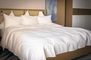 vit hotellsäng foto