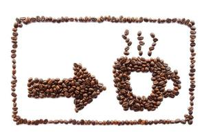 pil och kupa med ram skapad av kaffebönor foto