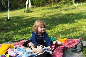 barnflickan tycker om picknick foto
