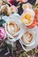 närbild av konstgjorda blommor blommig bakgrund foto