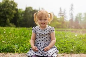 porträtt av en söt barnflicka foto
