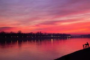 landskap tapet solnedgång över floden vacker rosa solnedgång reflektion i vattnet foto