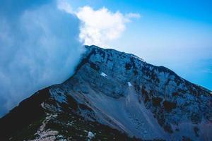 bergstopp i moln foto