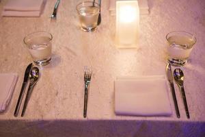 det eleganta middagsbordet i bröllopsfest foto