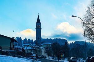 blå by med moln och en kyrka foto
