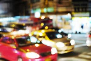 abstrakt suddig bakgrund av bilen på gatan i staden på natten foto