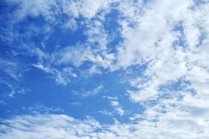 blå himmel med molnbakgrund foto