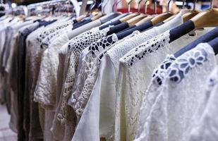 rad med hängda kläder på nattmarknaden foto