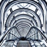 mekanisk rulltrappa för människor upp och ner foto