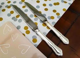 två silverknivar foto