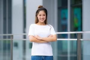 kvinna i vit t-shirt och jeans foto