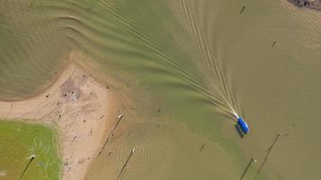 Flygfoto ovanifrån av turnébåt vid sangklaburi i Kanchanaburi-provinsen Thailand foto