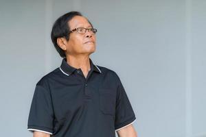porträtt av asiatisk senior man med glasögon foto