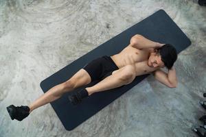 sportig man utbildning gör övning i fitness gym foto