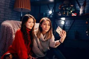 vänner tar selfies på sin mobiltelefon foto