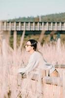 kvinna med solglasögon i lantgården som tittar bort foto