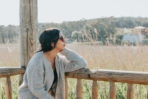kvinna som använder solglasögon som ler mot kameran foto