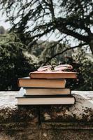 massa böcker med ett par glasögon foto