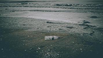 plast trak på stranden foto