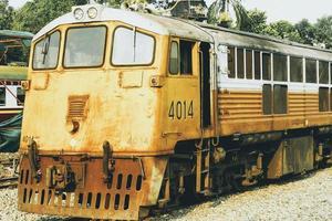 Thailand, 2021 - gammalt gult tåg foto