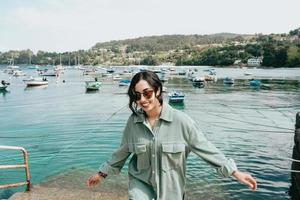 ung kvinna i en båtdocka som ler under en solig dag foto