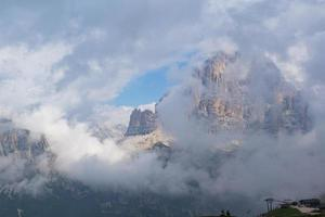berg omgiven av moln foto