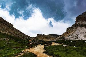 moln ovanför en vandringsled foto