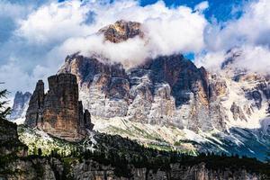 dolomitberg och moln foto