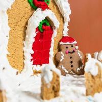 jul, nyår hus-form tårta, pudding på en vit tallrik foto