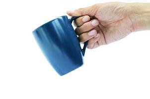 hand som håller blå kaffekopp på vit bakgrund foto