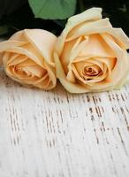 rosor på ett träbord foto