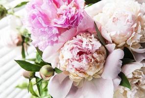 vacker rosa pionbukett i en vas. foto